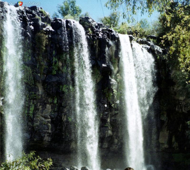 Cascada de 30 mts. de altura. Santa María Atlihuetzía, Tlaxcala. 1995