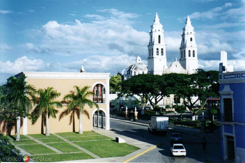 Parque central y catedral de Nuestra Señora de la Inmaculada Concepción. Campeche, Campeche. 2004