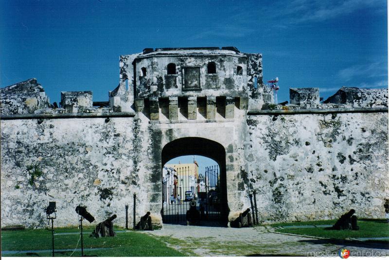 Puerta de Tierra y cañones del siglo XVIII. Campeche, Campeche. 2004