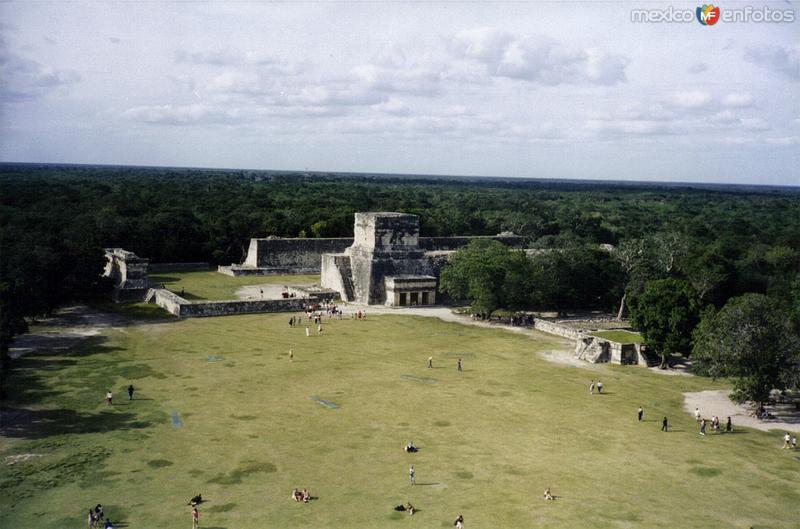 Vista hacia el juego de pelota. Chichén Itzá. 2000