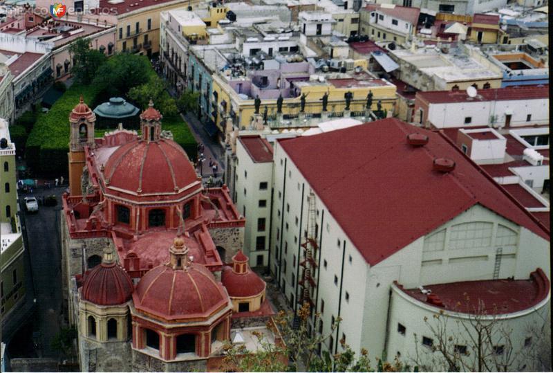 Teatro Juárez, jardín unión y templo de San Diego (Siglo XVII) desde el funicular. Guanajuato, Gto. 2003
