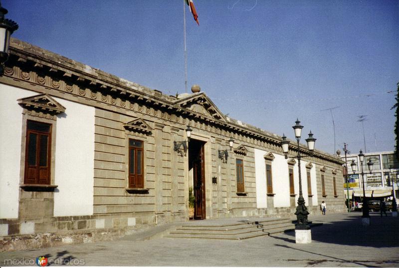 Fachada de estilo neoclásico del Palacio Municipal. Irapuato, Gto. 2001