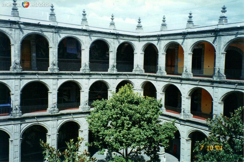 Patio central del antigüo Colegio de San Ildefonso. DF. 2001