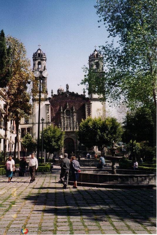 Plaza y Templo de la Santa Veracruz de estilo barroco (1730). DF. 2005