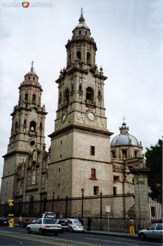 Catedral (1640) y Av. Francisco I. Madero. Morelia, 2004