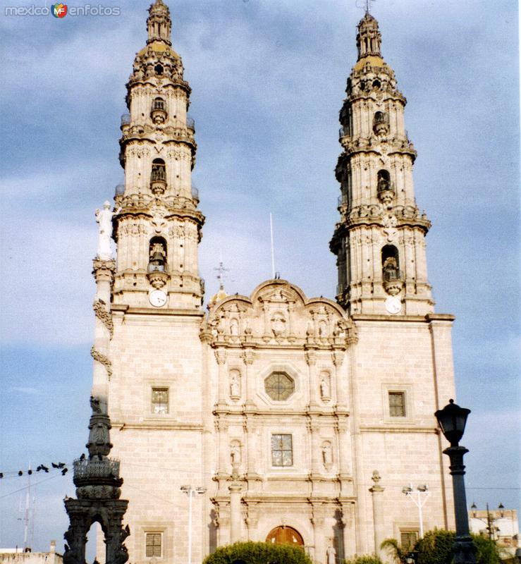 Basílica (Siglo XVIII) y columna de la Independencia. San Juán de los Lagos. 1989