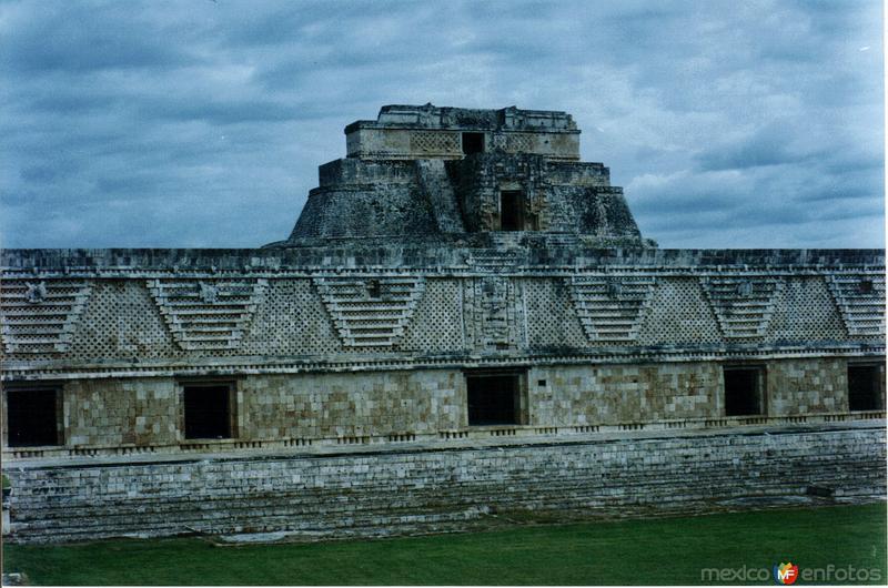 Cuadrángulo de las Monjas y pirámide del adivino. Uxmal. 2003