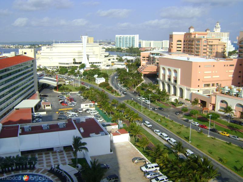 Plaza Caracol y la zona hotelera de Punta Cancún. Abril/ 2011