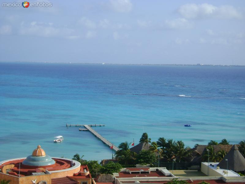 El mar caribe en Punta Cancún y al fondo Isla Mujeres. Abril/2011