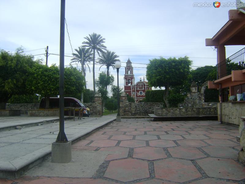 Templo de San Mateo (Siglo XVIII) y plaza central de Chalcatzingo. Agosto/2011