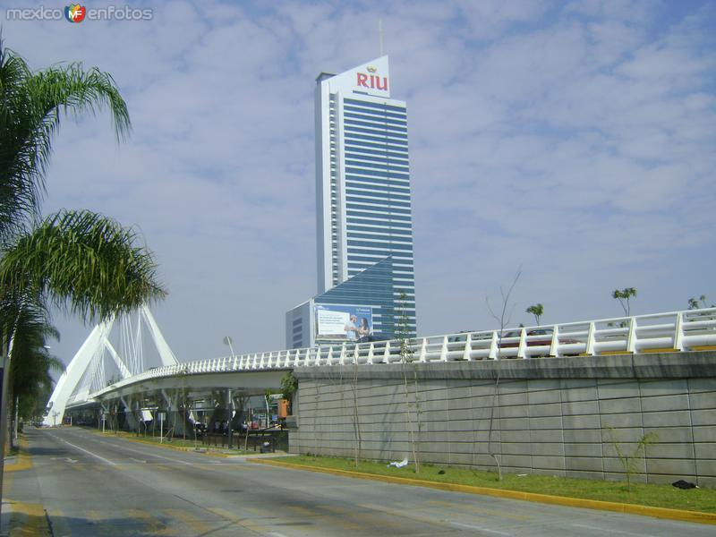 Blvd. Lázaro Cárdenas y el Hotel Riu. Guadalajara. Octubre/2011