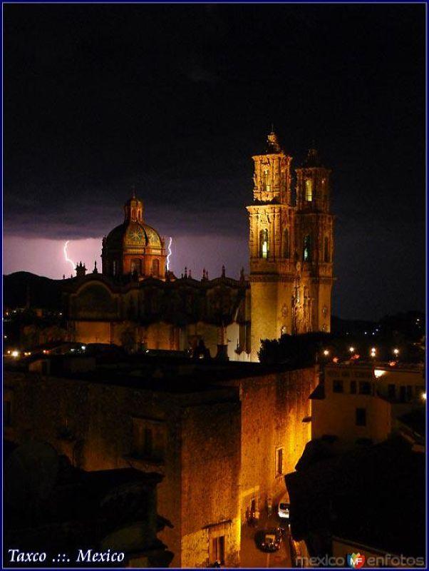 Dos Relámpagos entre Dios y la Parroquia de Santa Prisca