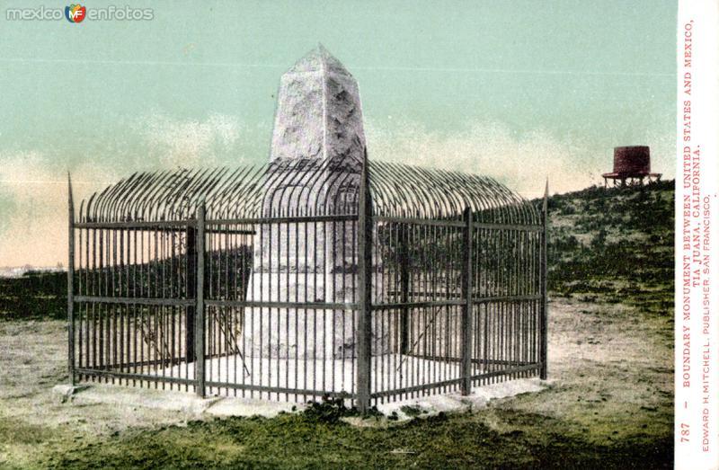 Monumento en la línea divisoria entre México y los Estados Unidos