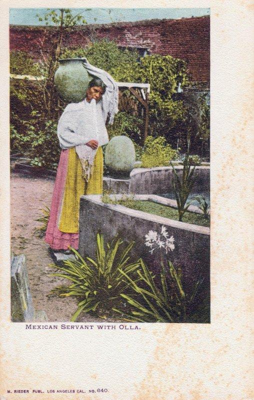 Trabajadora doméstica cargando una olla con agua