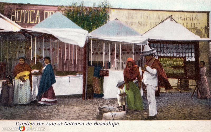 Vendedores de velas en la Catedral de Guadalupe
