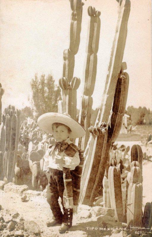 Niño mexicano vestido de charro