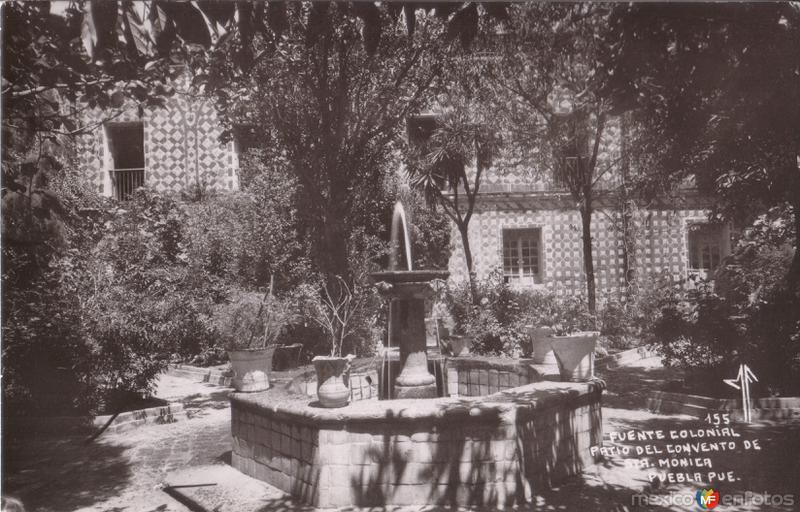 Fuente Colonial en el patio del convento de Santa Mónica