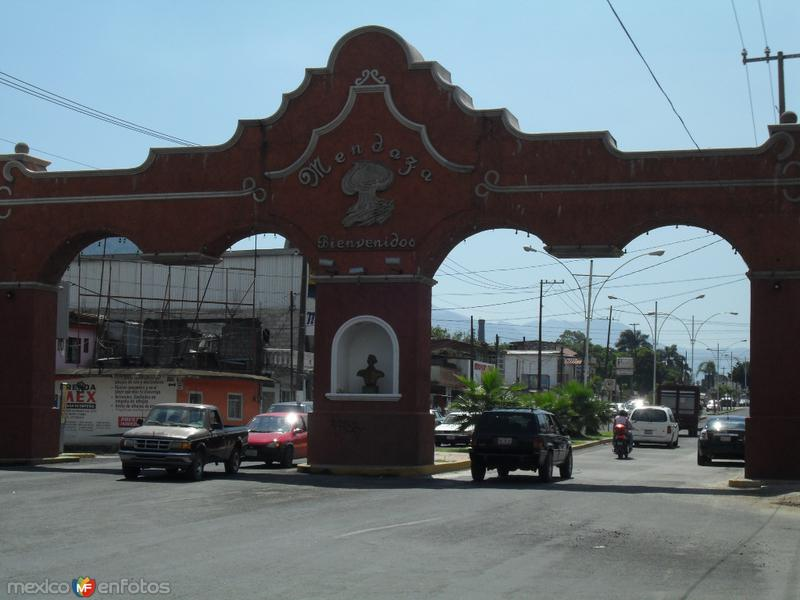 Arcos sobre la carretera federal en los limites con Nogales