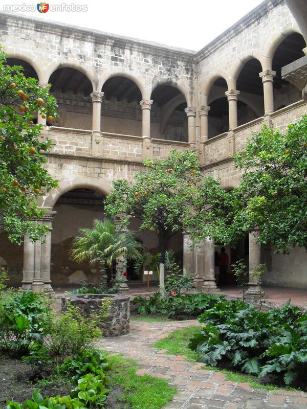 Otra vista del patio y andadores del convento