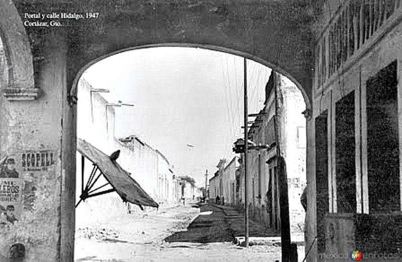 El portal y calle Hidalgo 1947.
