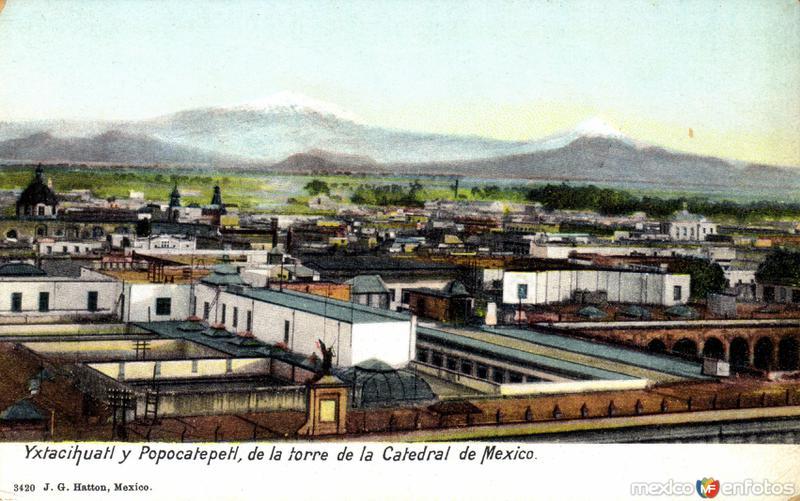 Vista del Iztaccíhuatl y el Popocatépetl desde una torre de la catedral