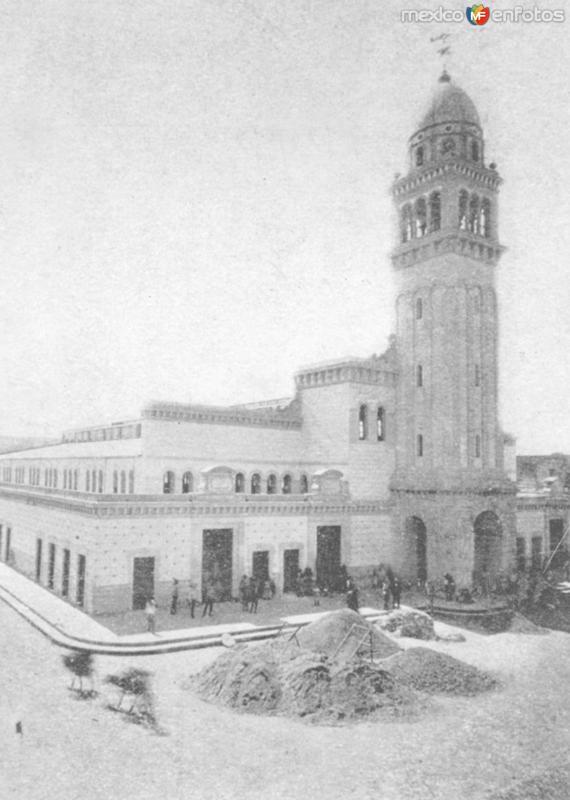 Mercado Morelos en construccion 1900