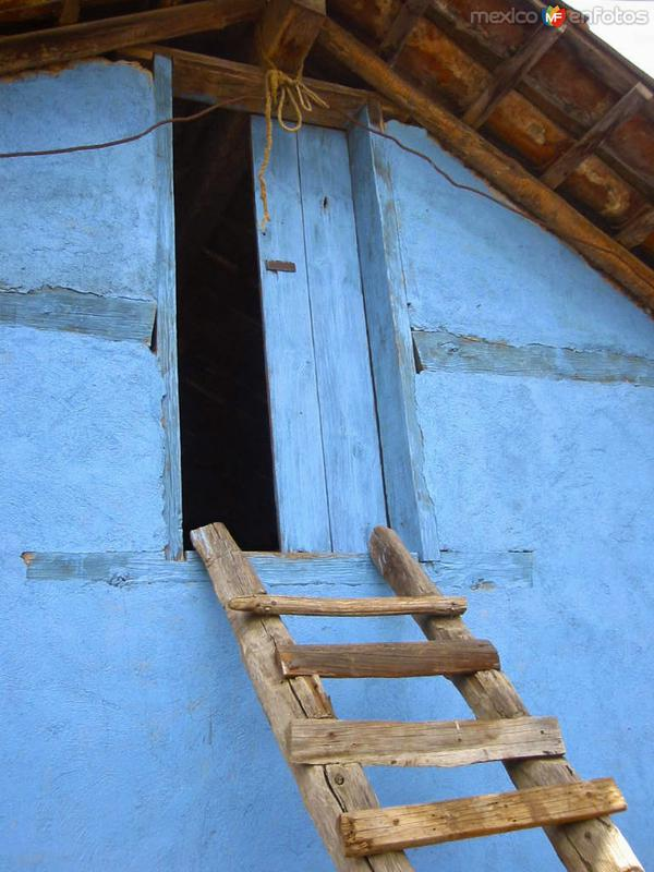 Casa típica en Ajolotla escalera de mano para subir al tapanco, utilizado para guardar los granos de la cosecha