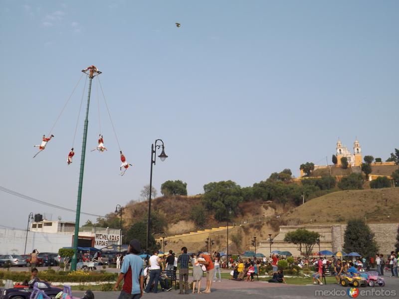 Voladores de Papantla en la Pirámide de Cholula. Mayo/2013