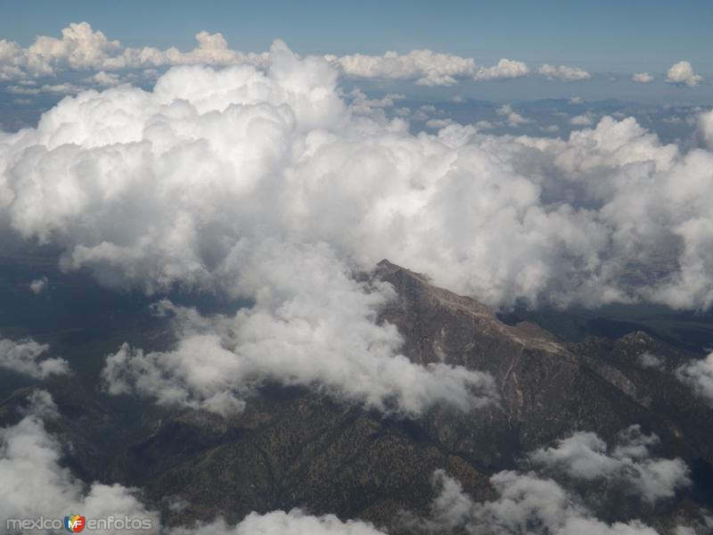 Entre nubes la cumbre del volcán la Malinche. Tlaxcala. Noviembre/2013