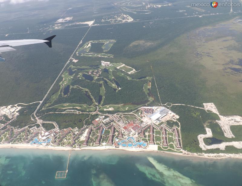 Vista aérea del Mar caribe y complejos hoteleros cerca de Alfredo V. Bonfil. Noviembre/2013