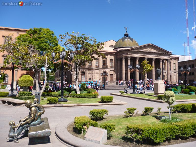 Plaza del Carmen con el teatro de la Paz.