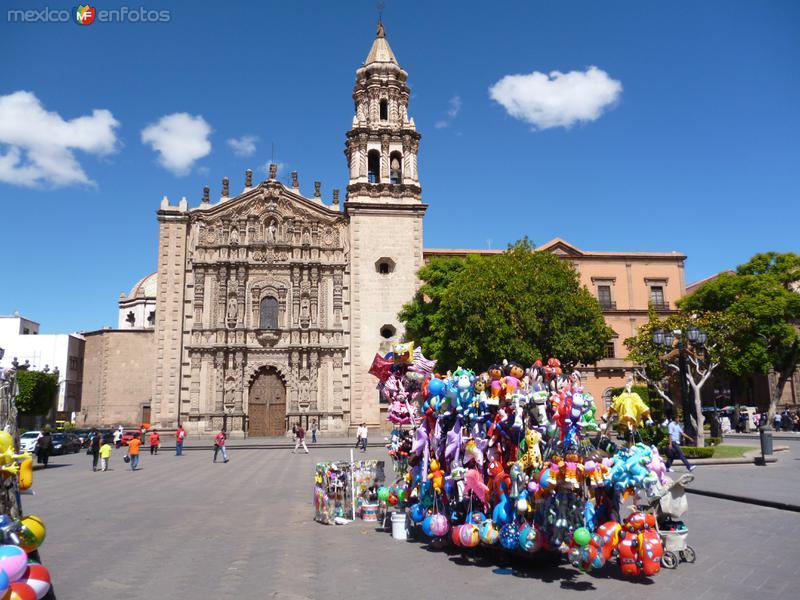 Iglesia del Carmen con globeros en primer plano.