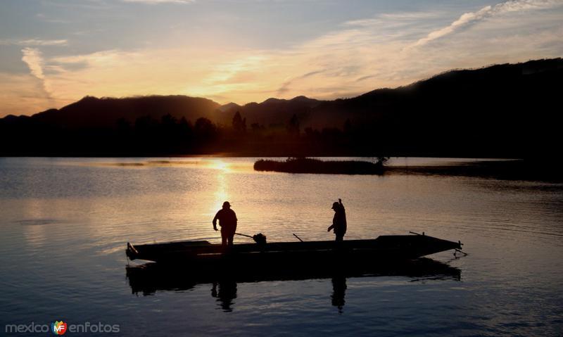 Lancheros en la Laguna Chignahuapan al amanecer