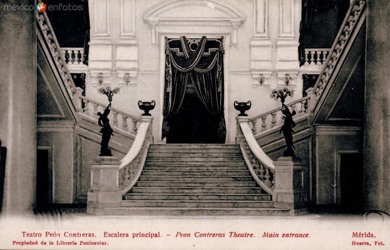 Escalera principal del Teatro Peón Contreras