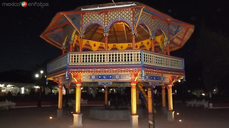 Nocturna del kiosco mudéjar de Chignahuapan. Mayo/2014