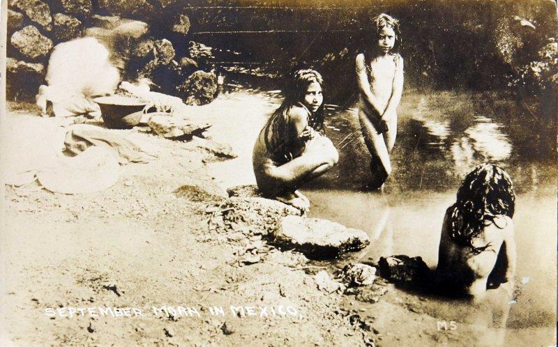 Ninas Banandose en una Manana Septembrina 1914