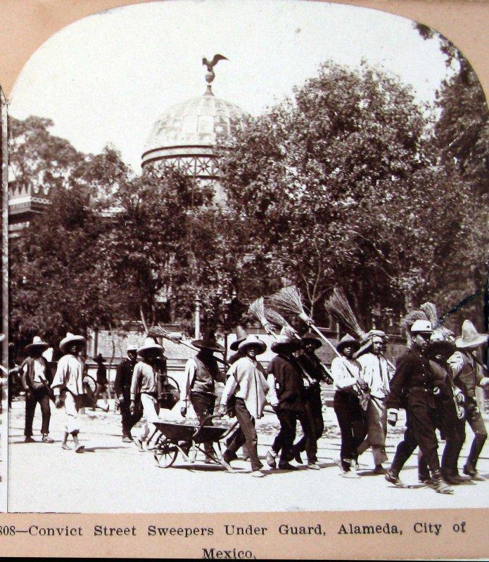 Convictos Barriendo la Alameda Hacia 1900