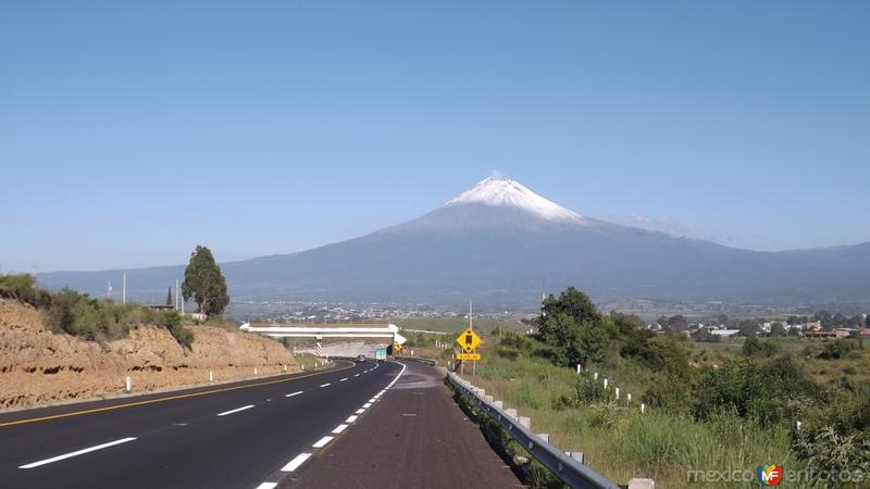 El volcán Popocatépetl y la autopista Puebla-Atlixco. Julio/2014
