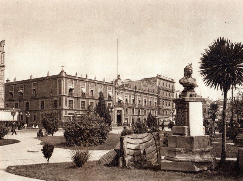 Busto de Cuauhtémoc y edificio del Monte de Piedad (circa 1920)