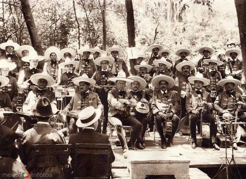 Orquesta Típica en el Parque de Chapultepec (circa 1920)