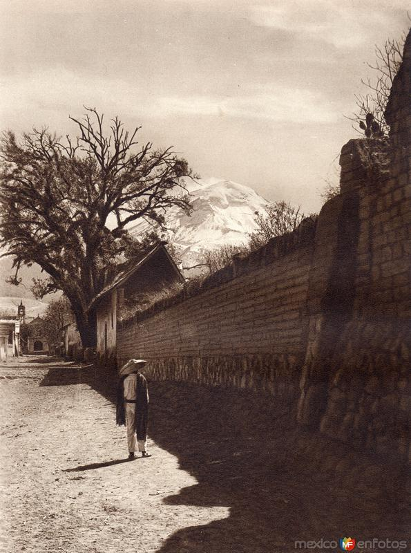 Una calle de Amecameca, con el Popocatépetl (circa 1920)