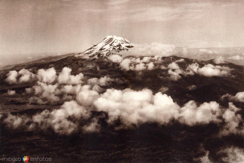 Volcán Iztaccíhuatl, desde la cima del Popocatépetl (circa 1920)