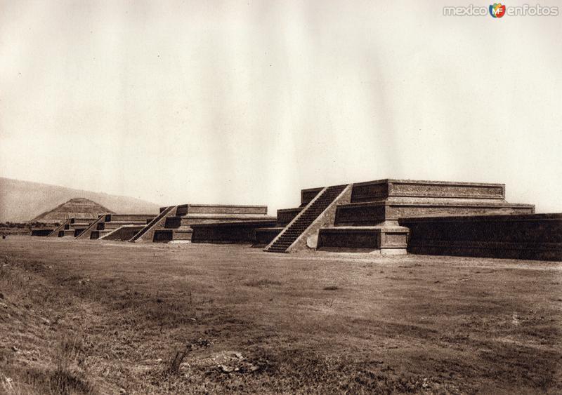 Hilera de basamentos piramidales de la Ciudadela (circa 1920)