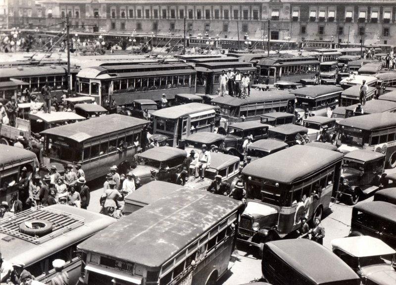 Congestionamiento vial en el Zócalo por protesta de taxistas en 1932
