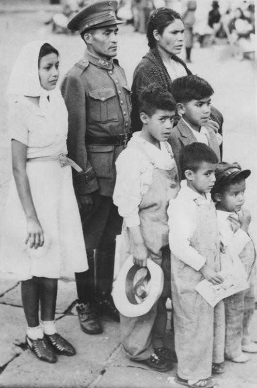 Familia durante un casamiento colectivo de soldados del ejército mexicano (1939)