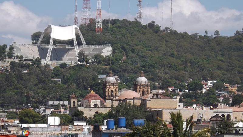 Auditorio de la Guelaguetza y el cerro del Fortín. Julio/2014