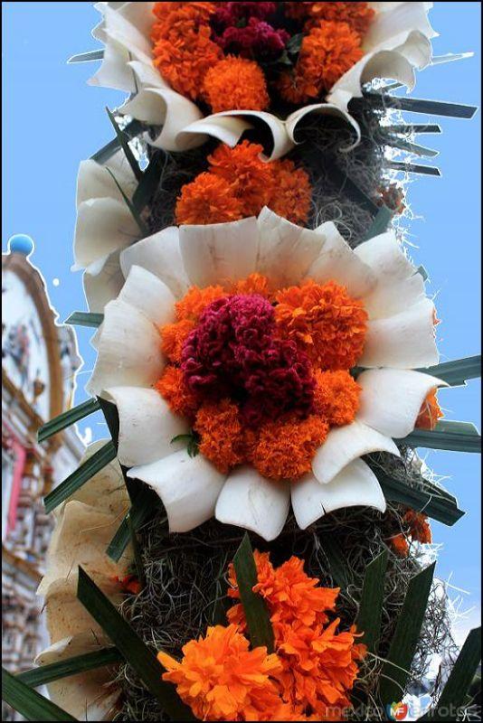 """Detalle del """"Arco Floral"""" elaborado por vecinos del Barrio de Ixtlahuaca"""