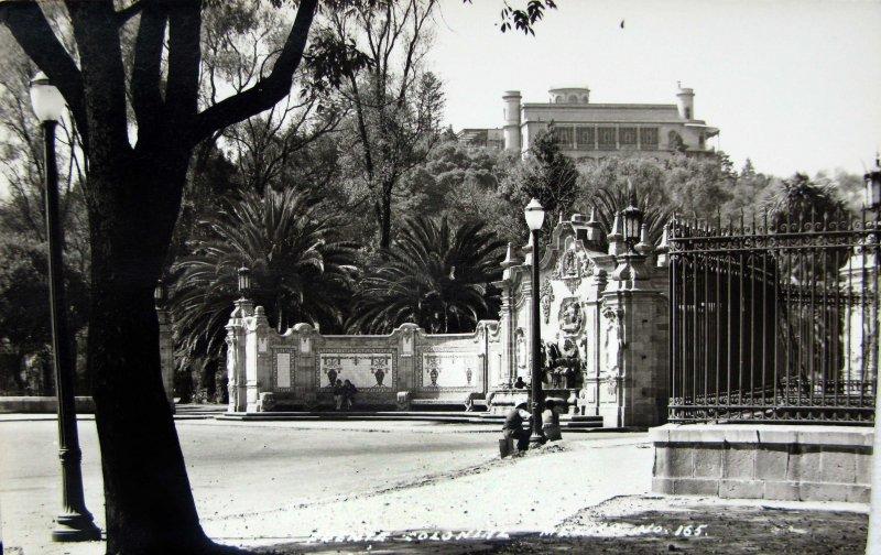 Fuente Colonial en Chapultepec Hacia 1945