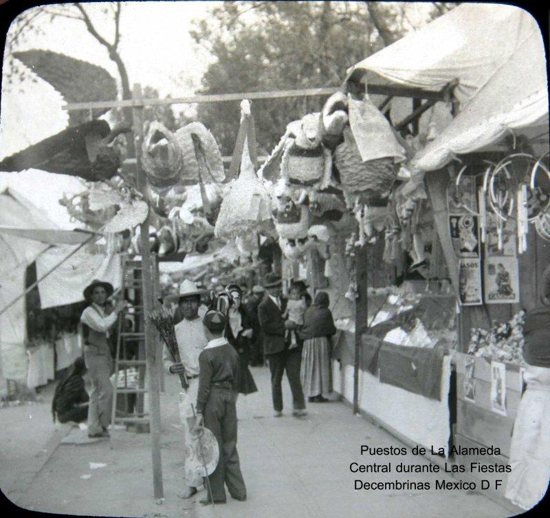 Puestos en la Alameda PIÑATAS Hacia 1930