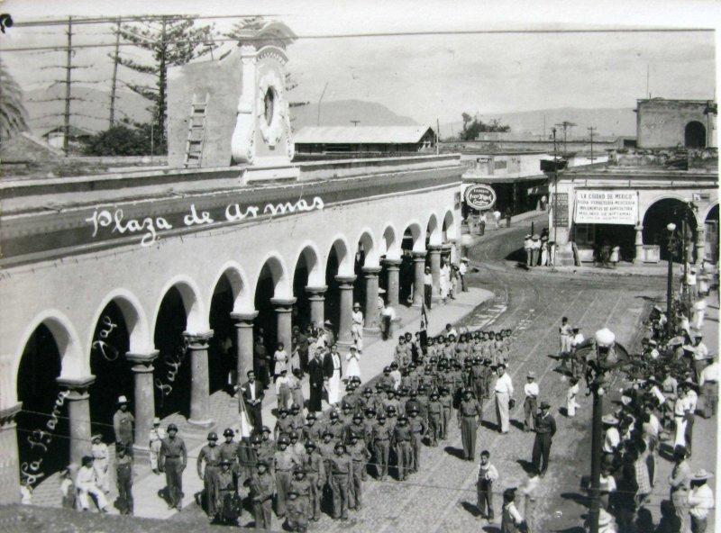 PLAZA DE ARMAS DESFILE Hacia 1945